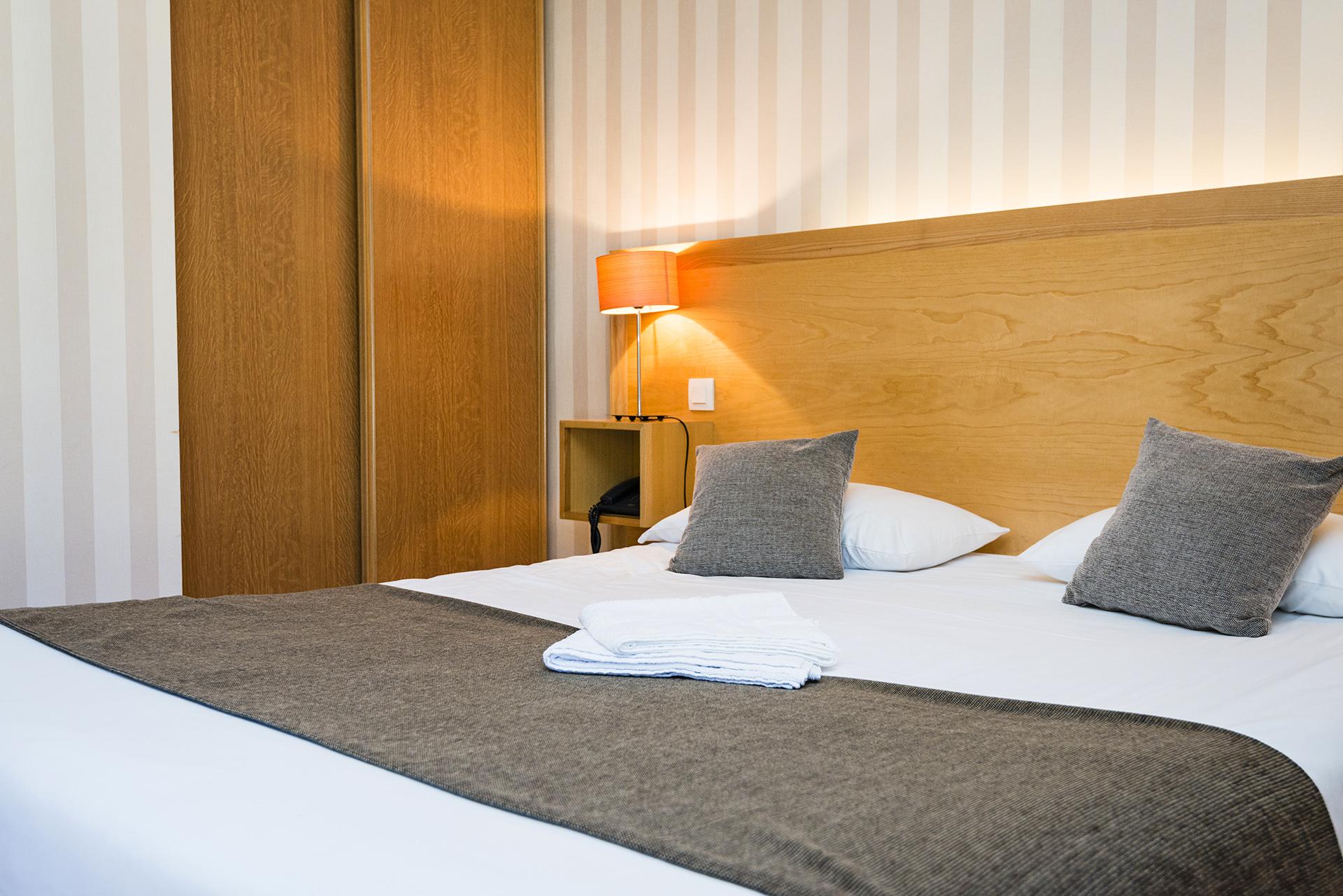 Lit Chambre Prestige - Hôtel *** le Chalet à Ax les Thermes en Ariège Pyrénées