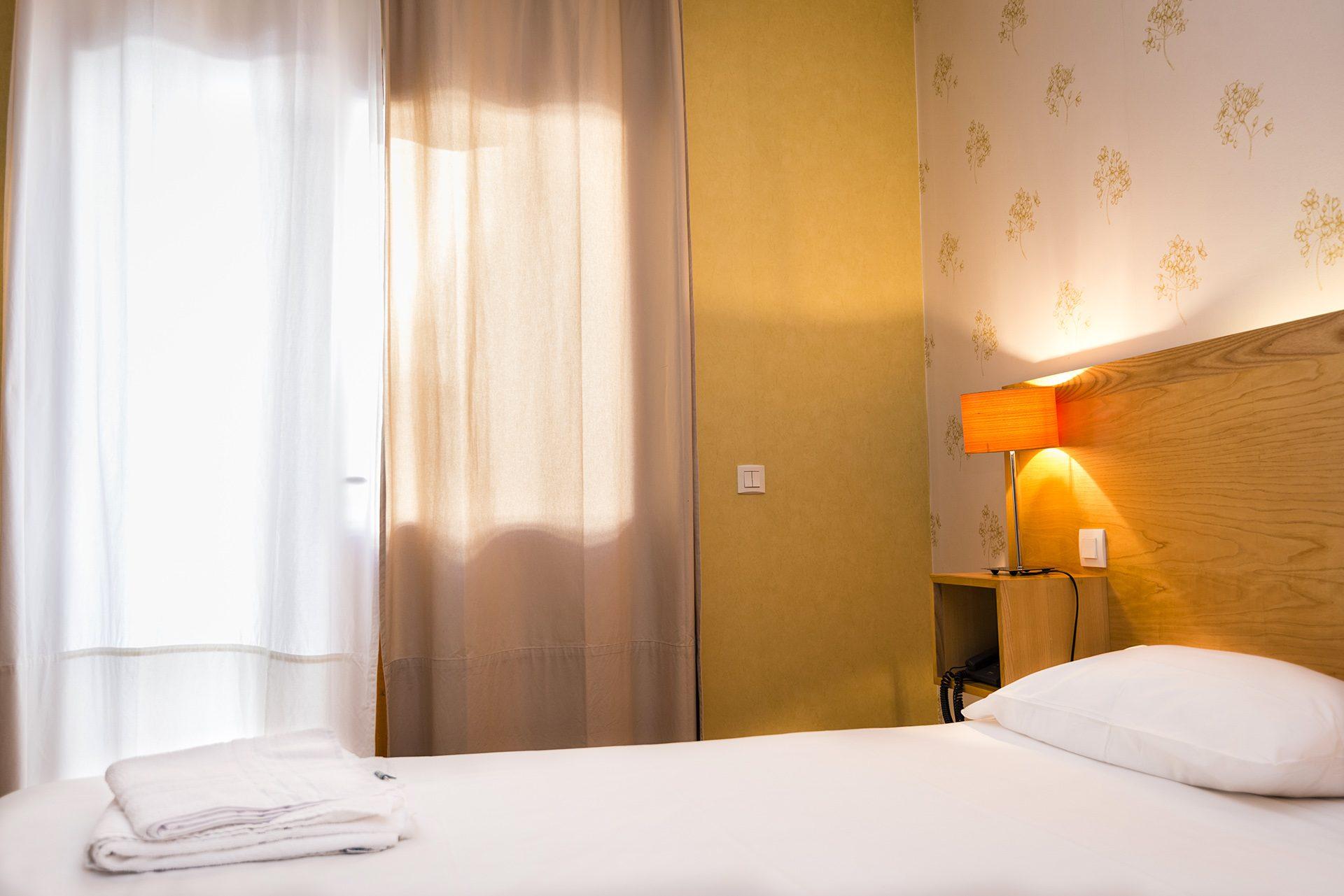 Lit Chambre mobilité réduite - Hôtel *** le Chalet à Ax les Thermes en Ariège Pyrénées