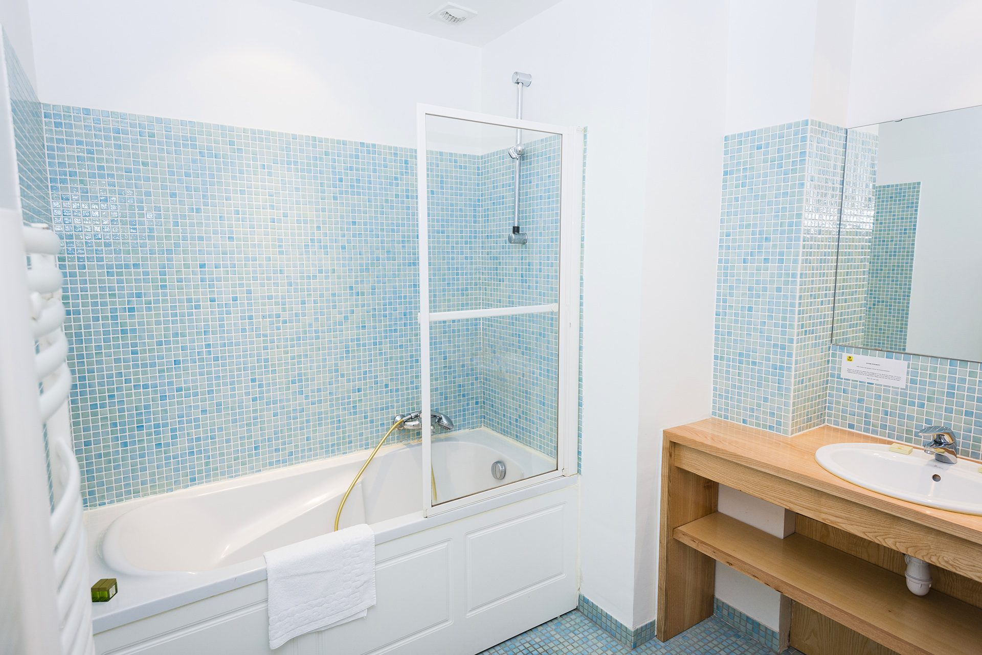 Salle de bain Chambre Prestige - Hôtel *** Le Chalet à Ax les Thermes en Ariège Pyrénées