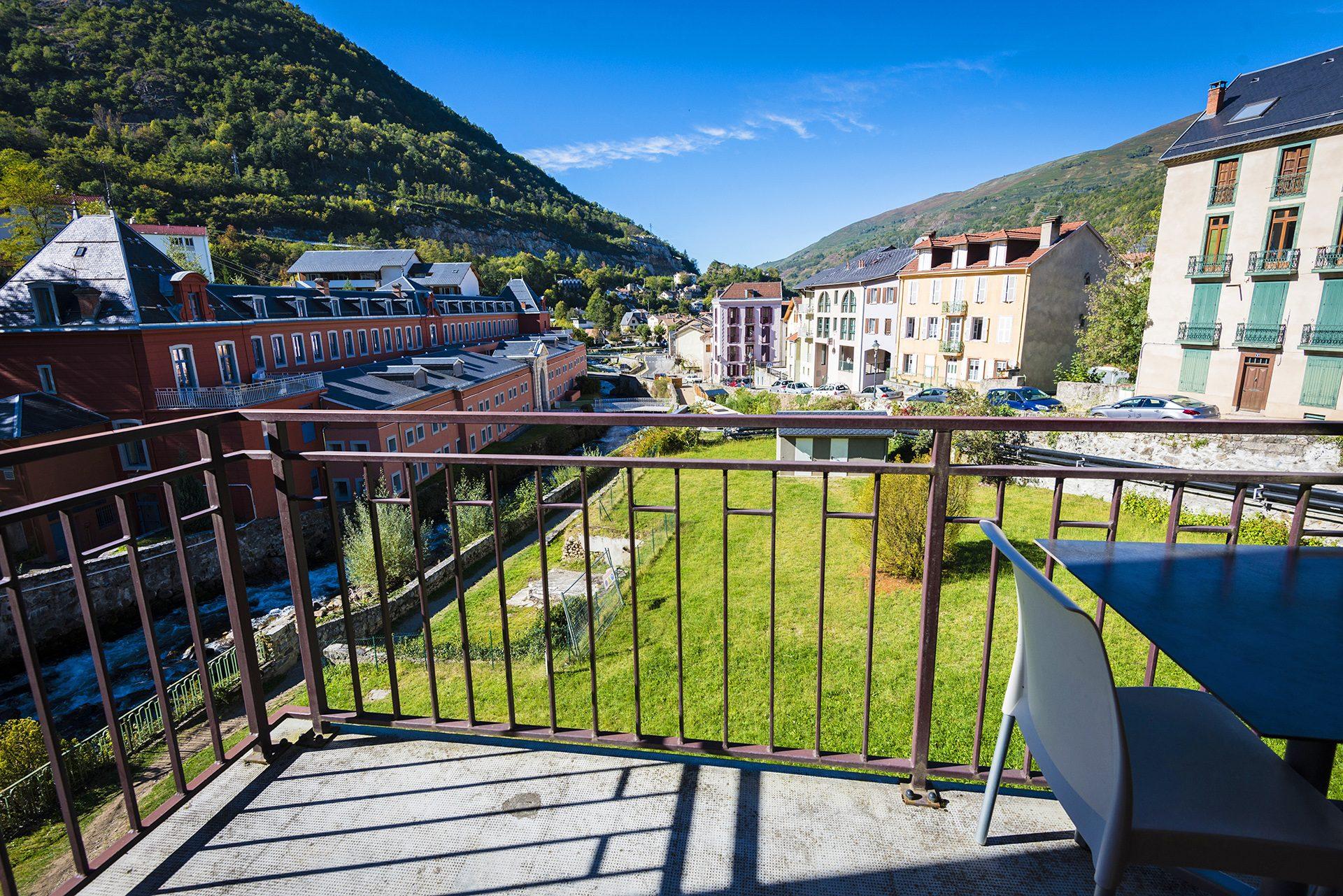 Vue sur les Thermes depuis la Chambre Junior Prestige - Hôtel *** le Chalet à Ax les Thermes en Ariège Pyrénées
