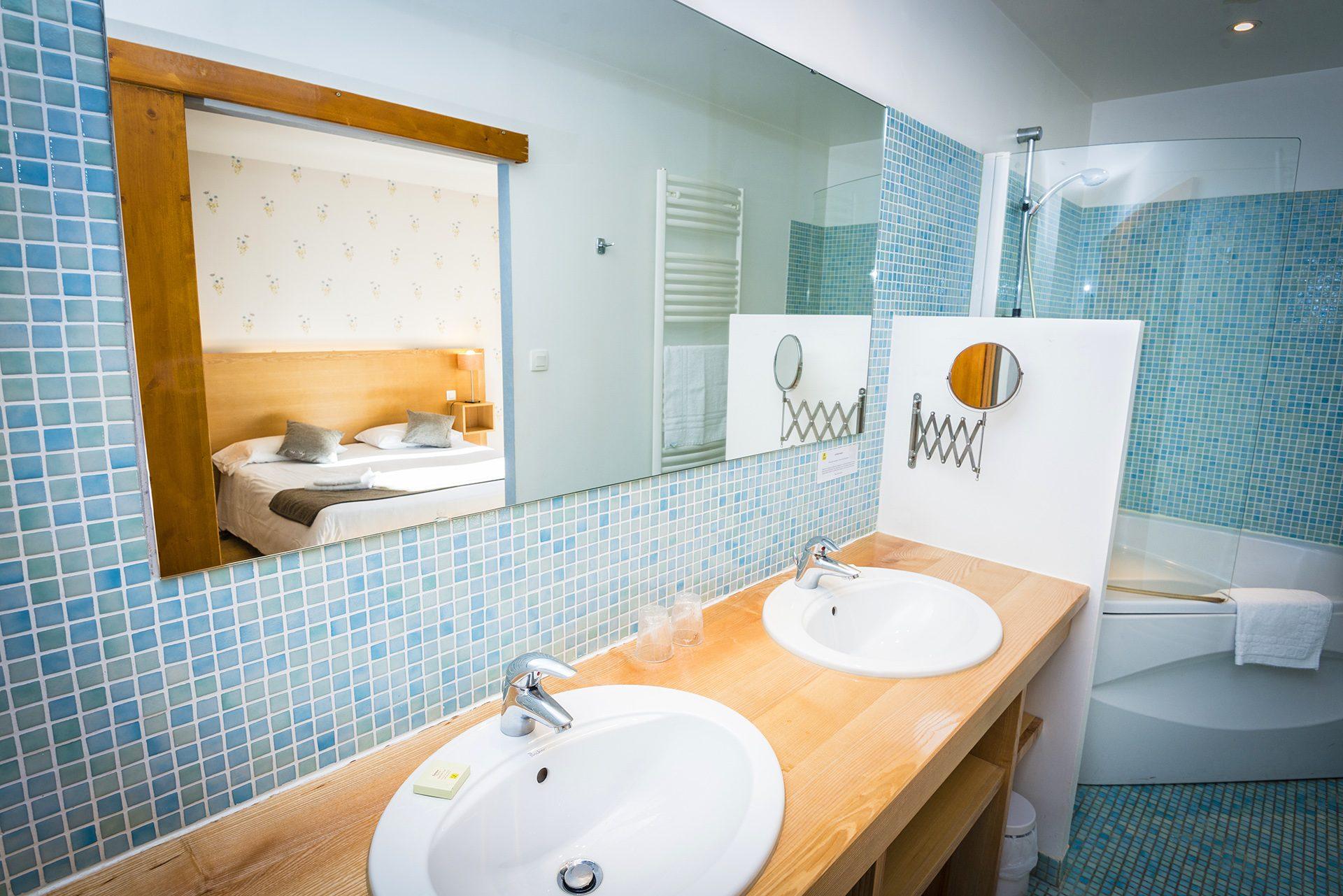 Salle de bain Chambres Communicantes - Partie parents - Hôtel *** Le Chalet à Ax les Thermes en Ariège Pyrénées